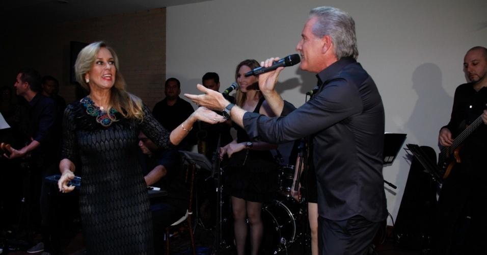 9.mai.2013 - Roberto Justus canta para a sogra Helô Pinheiro durante jantar beneficente da ONG Florescer, da mãe da atriz Karina Bacchi