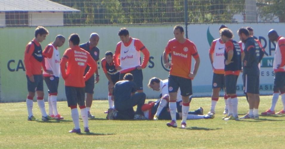 D'Alessandro é atendido por médico do Inter após se chocar com companheiro (10/05/13)