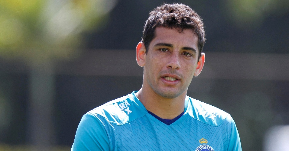 Diego Souza, meia do Cruzeiro, participa de treino na Toca da Raposa II (10/5/2013)