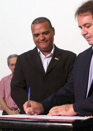 PF prende o ex-superintendente regional da Caixa Econômica Federal no Acre Aurélio Cruz (centro) por suspeita de participação em fraude em licitações no Estado