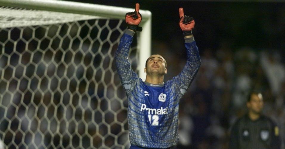 Taça Libertadores da América 1999: Palmeiras 0x2 Corinthians: o goleiro Marcos, do Palmeiras, leva as mãos ao alto, após defender pênalti de Vampeta, do Corinthians, em jogo no estádio do Morumbi.