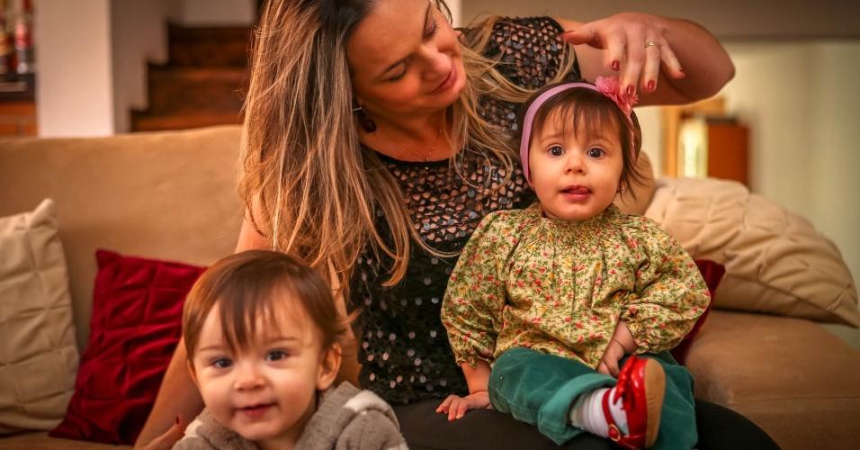 Taciana Beatriz Couto e os gêmeos João Pedro e Maria Alice; ela e o marido passaram por um tratamento de fertilização in vitro na clínica Huntington, em São Paulo
