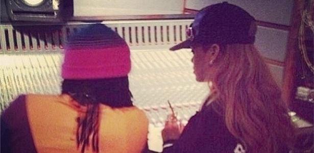 10.mai.2013 - Rihanna publica no Instagram foto em estúdio com o rapper Wale