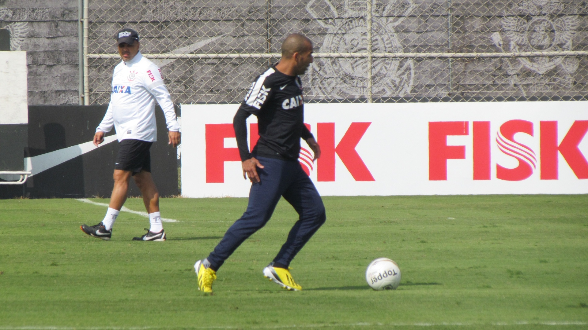 11-05-2013 - Sheik corre com bola durante treino do Corinthians