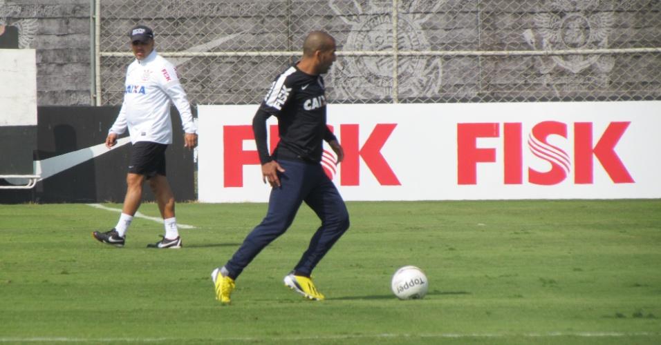 11-05-2013 - Sheik corre com bola durante treino do Corinthians