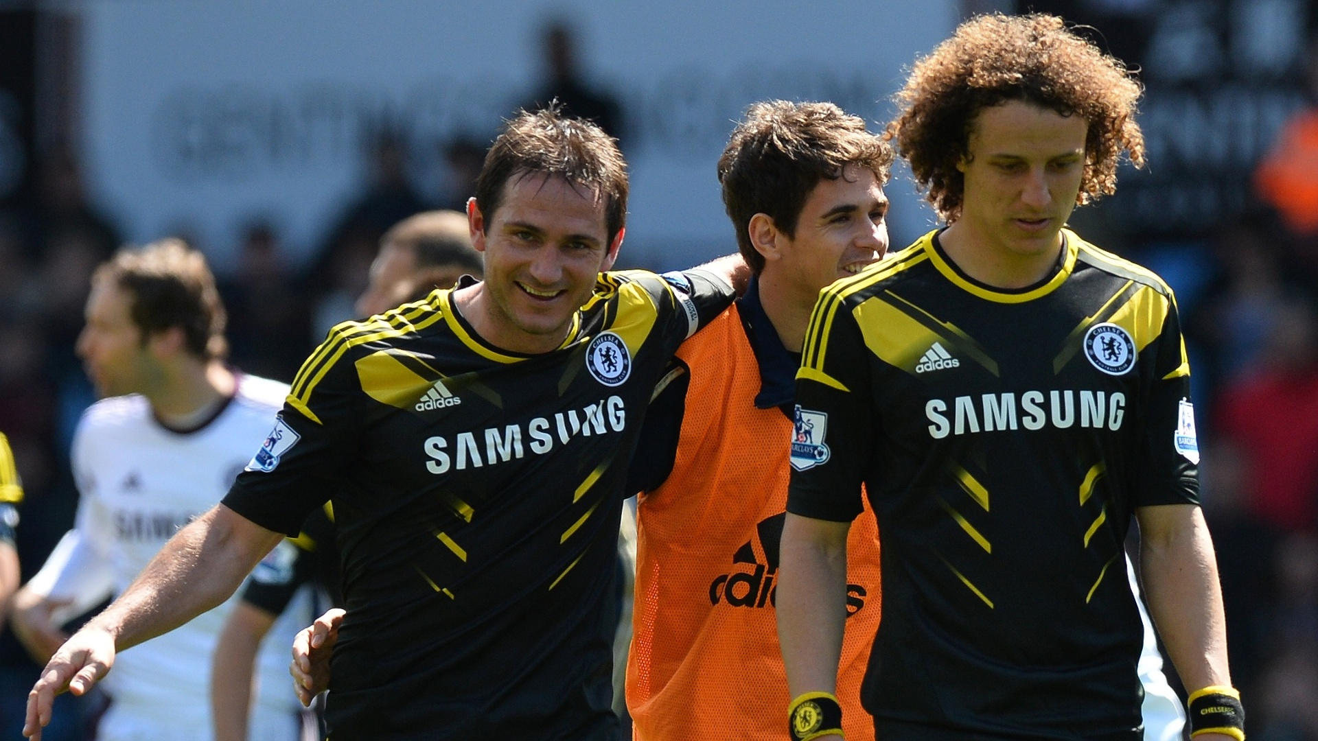 Aps marcar dois gols e se tornar maior artilheiro da histria do Chelsea, Lampard (esquerda) conversa com os brasileiros Oscar (atrs) e David Luiz (frente)