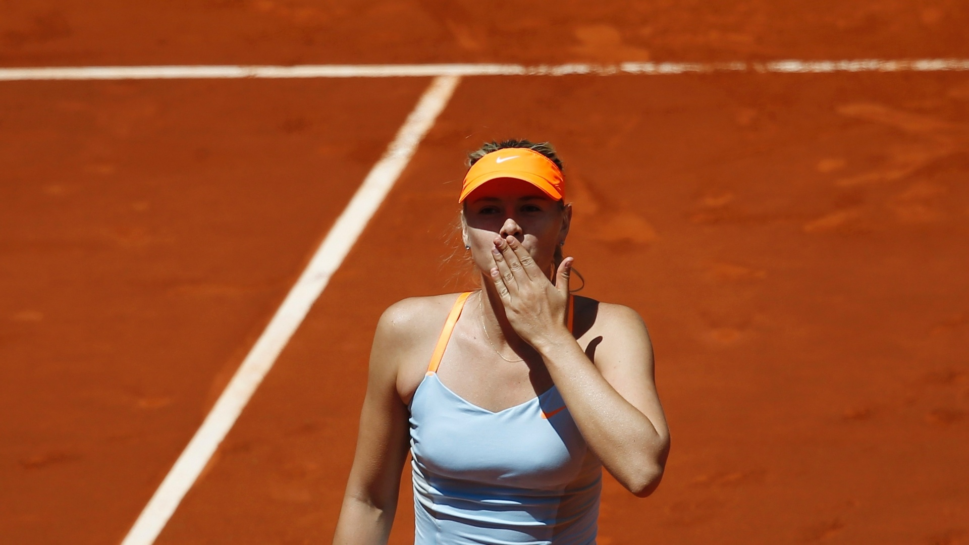 11.05.2013 - Sharapova sada a torcida depois de vencer pela 500 vez na carreira e chegar na final do Masters 1000 de Madri
