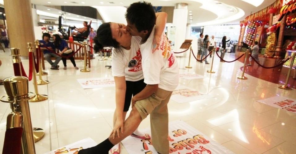 11.mai.2013 - Após 58 horas, 35 minutos e 58 segundos, o casal Ekkachai e Laksana Tiranarat atinge o recorde do beijo mais longo do Guinness World Records em Pattaya, na Tailândia