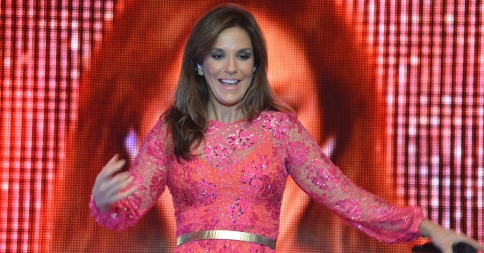 11.mai.2013 - Com um modelito curto e rosa, Ivete Sangalo apresenta o show Real Fantasia em Garanhuns, Pernambuco. 
