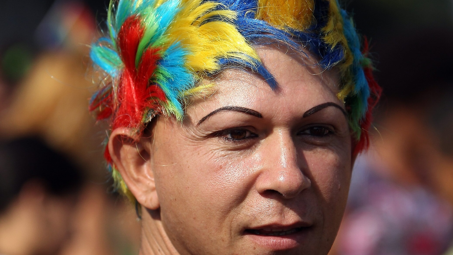 11.mai.2013 - Com um penteado estilizado e nas cores do movimento LGBT, cubano participa de Marcha contra a Homofobia, realizada pelas ruas centrais de Havana (Cuba). Os manifestantes reivindicam um socialismo que respeite a diversidade e combata o preconceito sexual