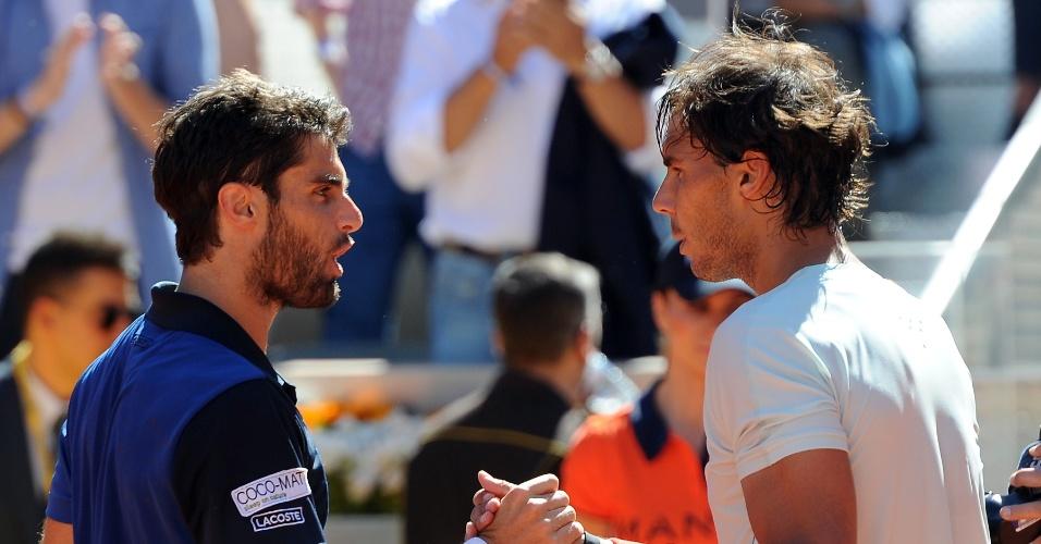 11.mai.2013 - Compatriotas Pablo Andujar e Rafael Nadal se cumprimentam após a partida, que teve vitória de Nadal