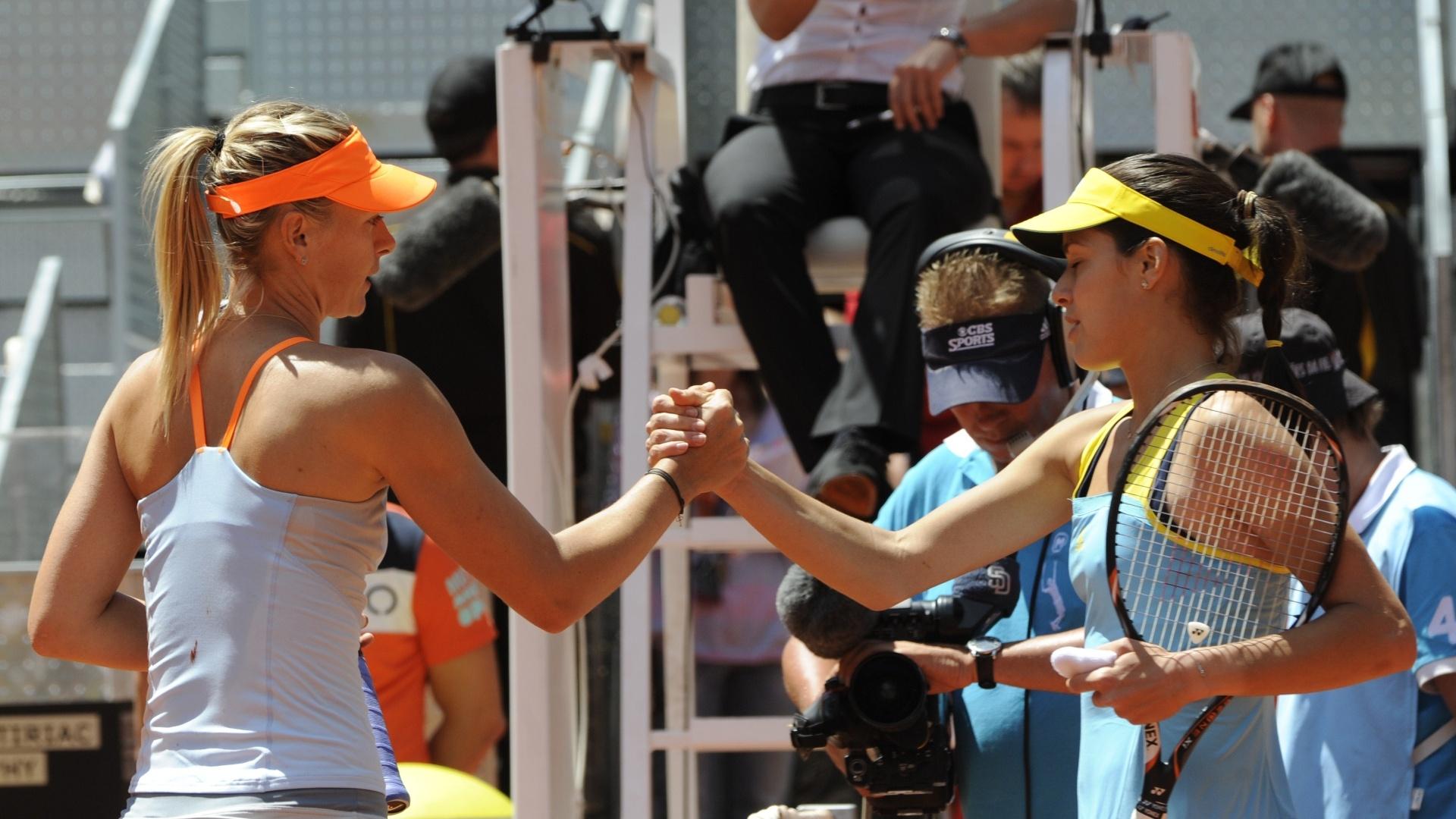 11.mai.2013 - Duas da tenistas mais admiradas do circuito, a russa Maria Sharapova e Ana Ivanovic se cumprimentam após partida em Madri