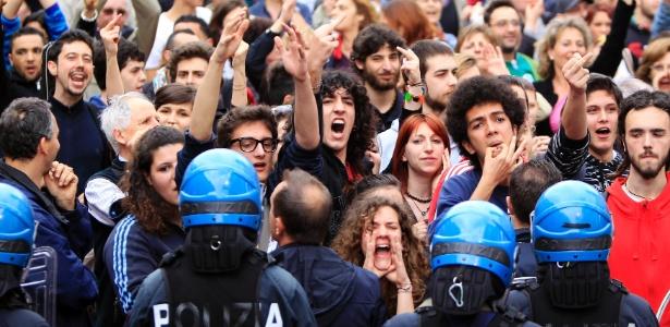 11.mai.2013 - Manifestantes protestam contra o primeiro-ministro italiano, Silvio Berlusconi, em Brescia. Berlusconi disse neste sábado que manterá seu apoio a Enrico Letta, chefe do governo italiano