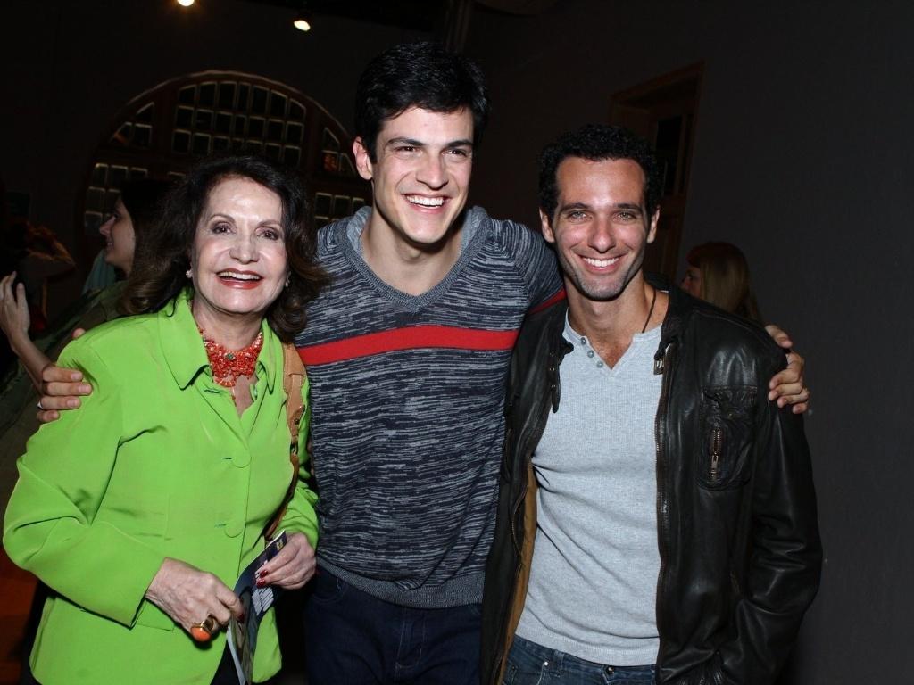 11.mai.2013 - Mateus Solano (ao centro) posa ao lado dos atores Rosamaria Murtinho e Mouhamed Harfouch na estreia da peça