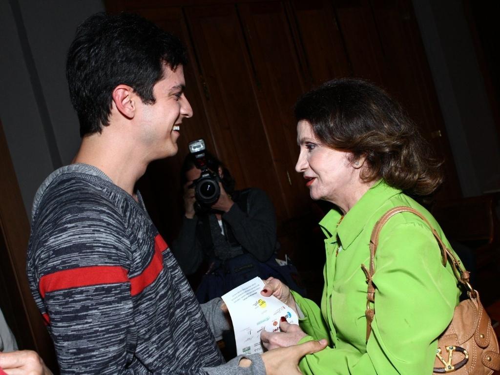 11.mai.2013 - Mateus Solano conversa com a atriz Rosamaria Murtinho na estreia da peça