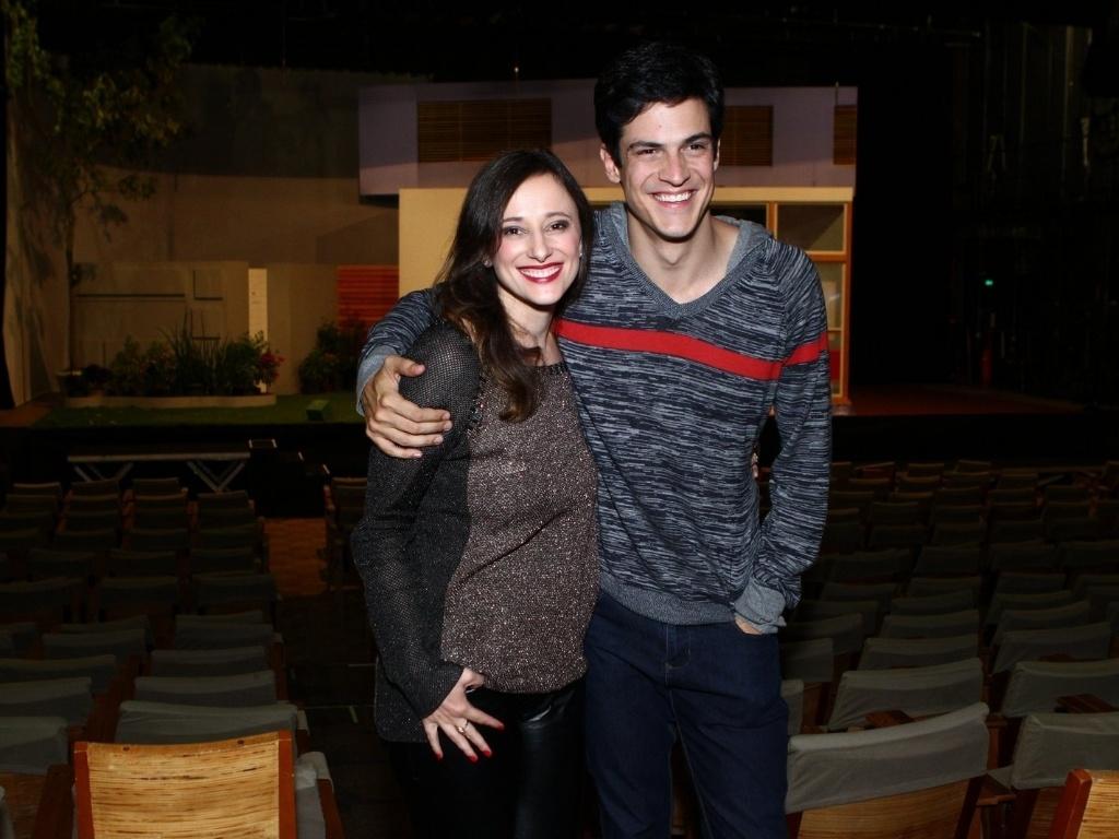 11.mai.2013 - Mateus Solano e a mulher Paula Braun posam juntos na estreia da peça