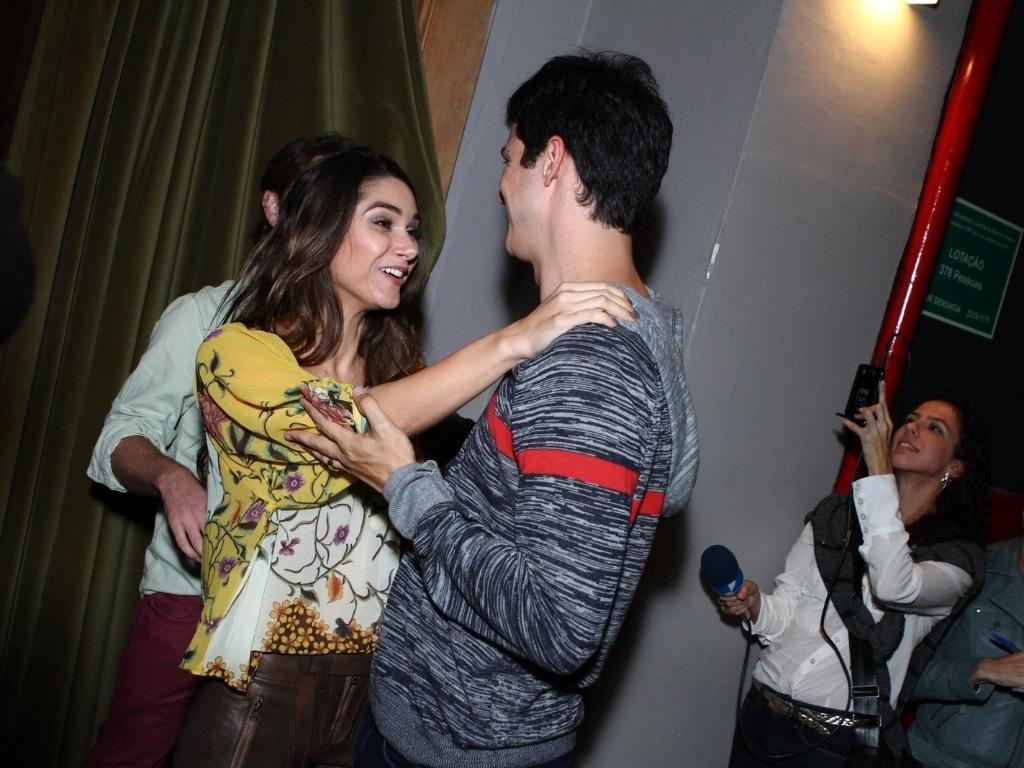 11.mai.2013 - Mateus Solano recebe o carinho da atriz Fernanda Machado na estreia da peça