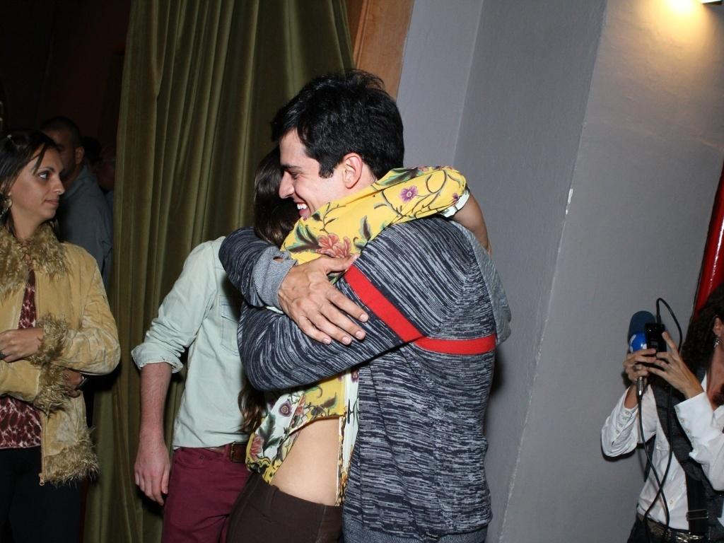 11.mai.2013 - Mateus Solano recebe um abraço da atriz Fernanda Machado na estreia da peça
