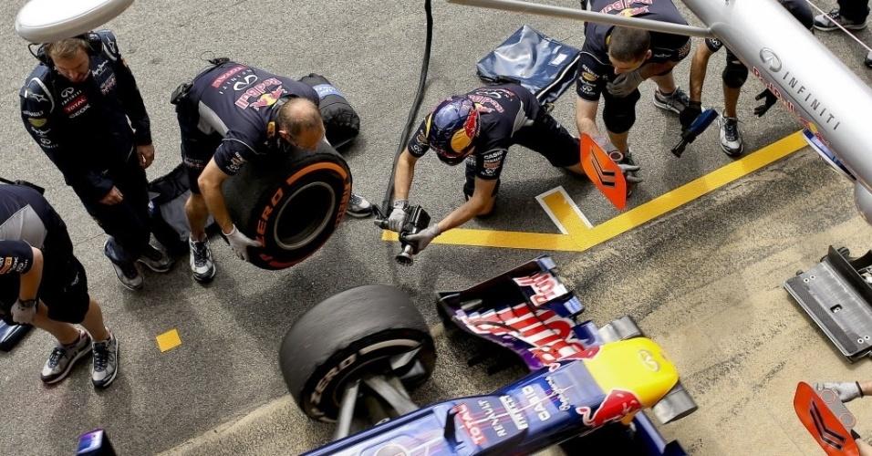 11.mai.2013 - Mecânicos da Red Bull trocam pneus do carro de Sebastian Vettel durante treino de classificação para o GP da Espanha