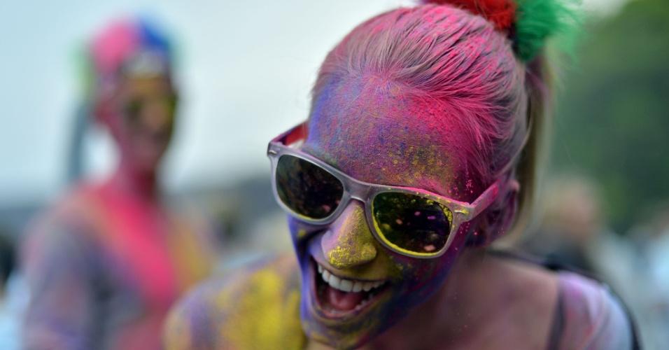 11.mai.2013 - Mulher fica coberta de pó colorido durante o festival Holi, em Berlim, na Alemanha. Originalmente festejado por hindus no norte da Índia, a festa celebra a chegada da primavera