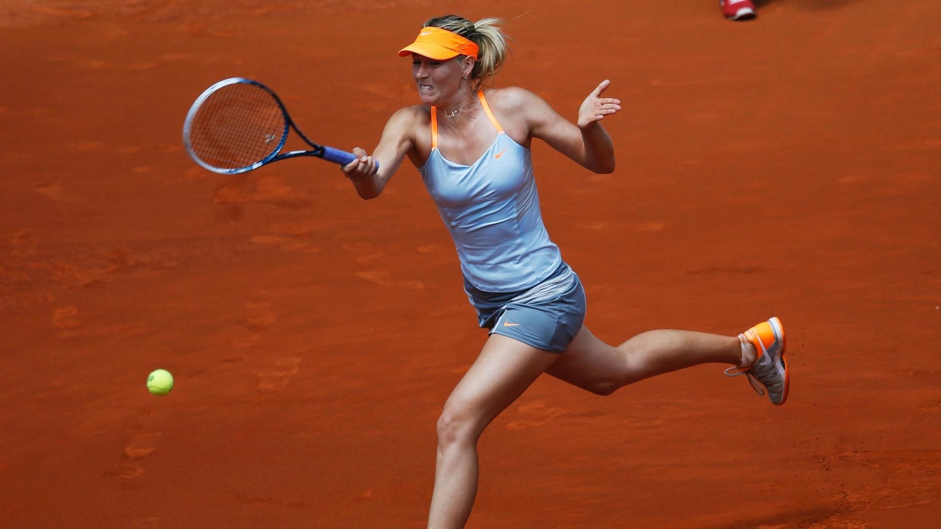 11.mai.2013 - Musa russa Maria Sharapova ataca a rival Ana Ivanovic na partida pela semifinal em Madri
