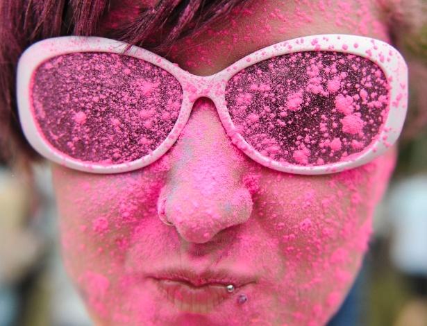 11.mai.2013 - Pessoas jogam pó colorido durante o festival Holi, em Berlim, na Alemanha. Originalmente festejado por hindus no norte da Índia, a festa celebra a chegada da primavera