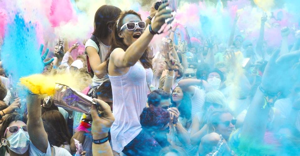 11.mai.2013 - Pessoas jogam pó colorido durante o festival Reiterstadion, em Berlim, na Alemanha. Originalmente festejado por hindus no norte da Índia para celebrar a primavera e afastar maus espíritos