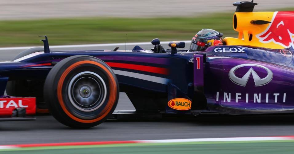 11.mai.2013 - Sebastian Vettel acelera sua Red Bull pelo circuito de Montmelò durante o treino de classificação para o GP da Espanha
