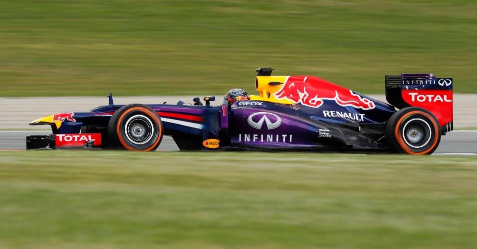11.mai.2013 - Sebastian Vettel acelera sua Red Bull pelo circuito de Montmelò durante treino de classificação para o GP da Espanha