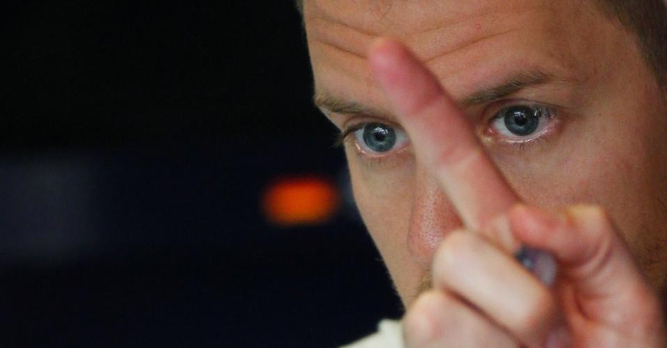 11.mai.2013 - Sebastian Vettel se concentra antes de ir para a pista de Montmelò no treino de classificação para o GP da Espanha
