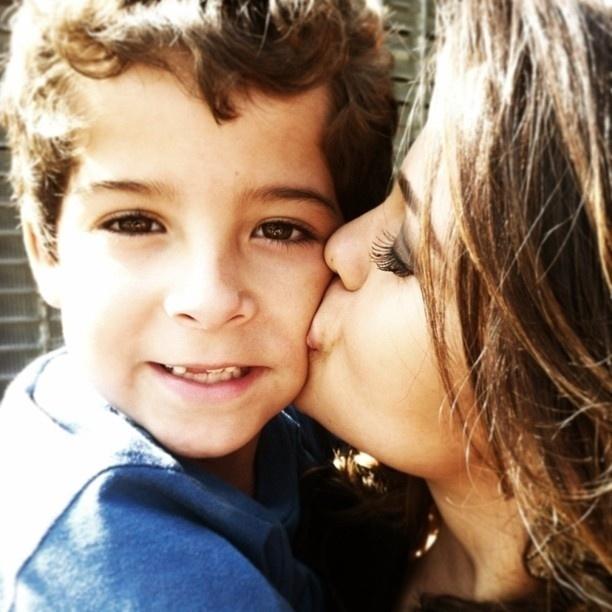 """11.mai.2013 - Nanda Costa publica uma foto com Luiz Felipe Mello, que interpreta seu filho na novela """"Salve Jorge"""""""