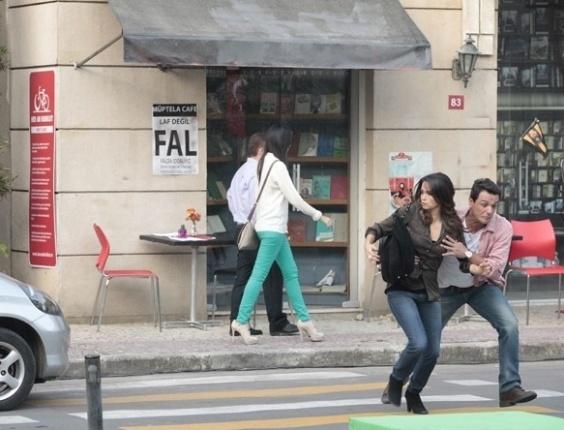 """Em """"Salve Jorge"""", Lívia tenta atropelar Théo e Morena"""