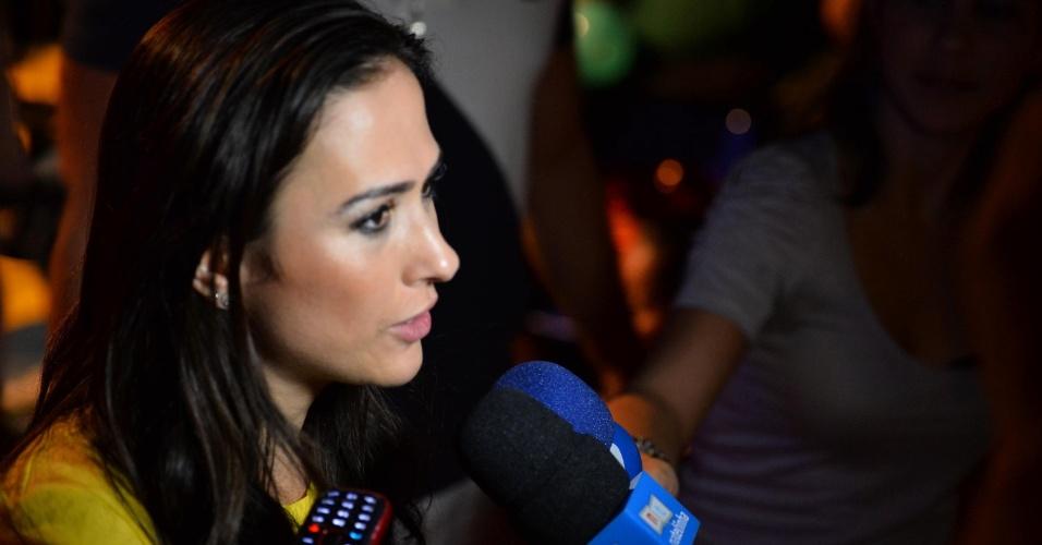 11.mai.2013 - A atriz e humorista Tatá Werneck dá entrevistas antes do início da apresentação de Carlos Villagrán, o Kiko de