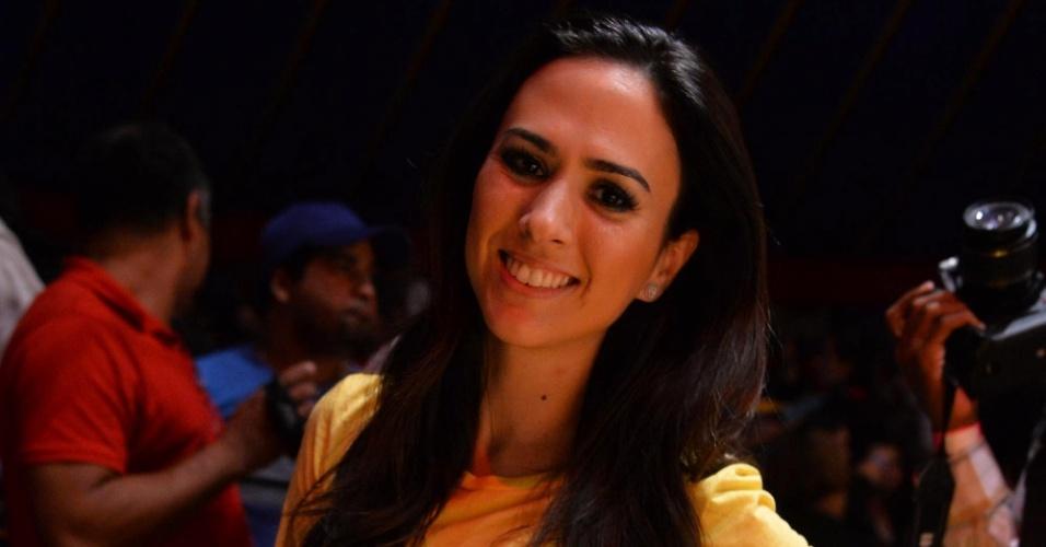 11.mai.2013 - A atriz Tatá Werneck posa pra fotos antes da apresentação de Carlos Villagrán, o Kiko de