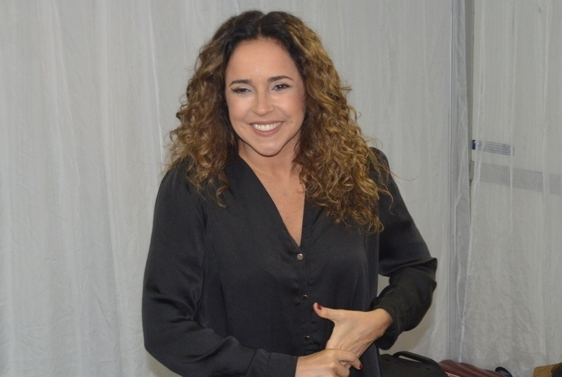 11.mai.2013 - Daniela Mercury posa para foto antes de se apresentar na festa Odara Ôdesce em Recife