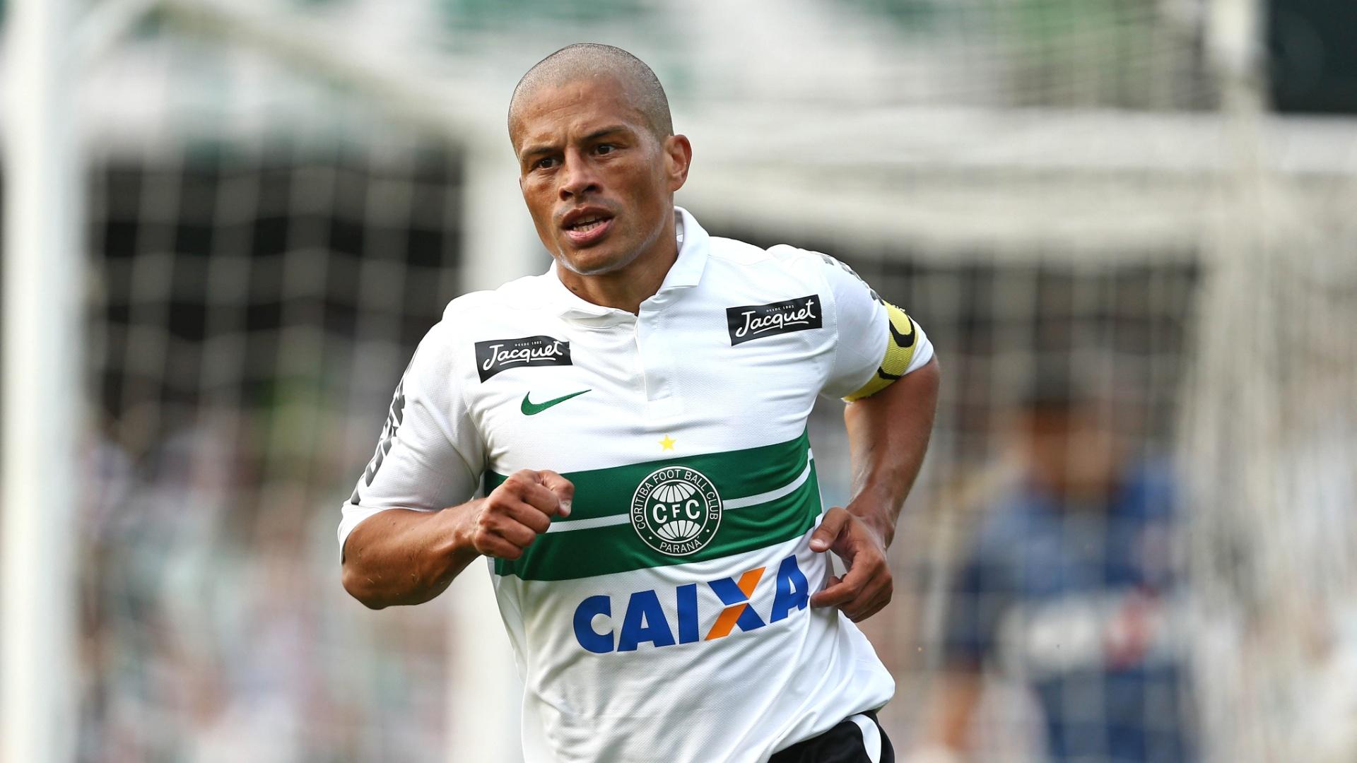 12.mai.2013 - Alex corre para comemorar gol do Coritiba na final do Campeonato Paranaense contra o Atlético-PR