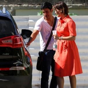 12.mai.2013 - Allyson abre a porta do carro para Deborah Secco na saída da igreja no Recreio dos Bandeirantes