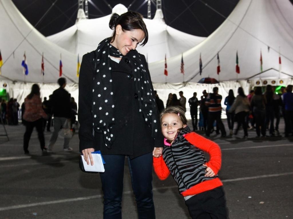 12.mai.2013 - Débora Falabella leva a filha Nina para assistir ao espetáculo