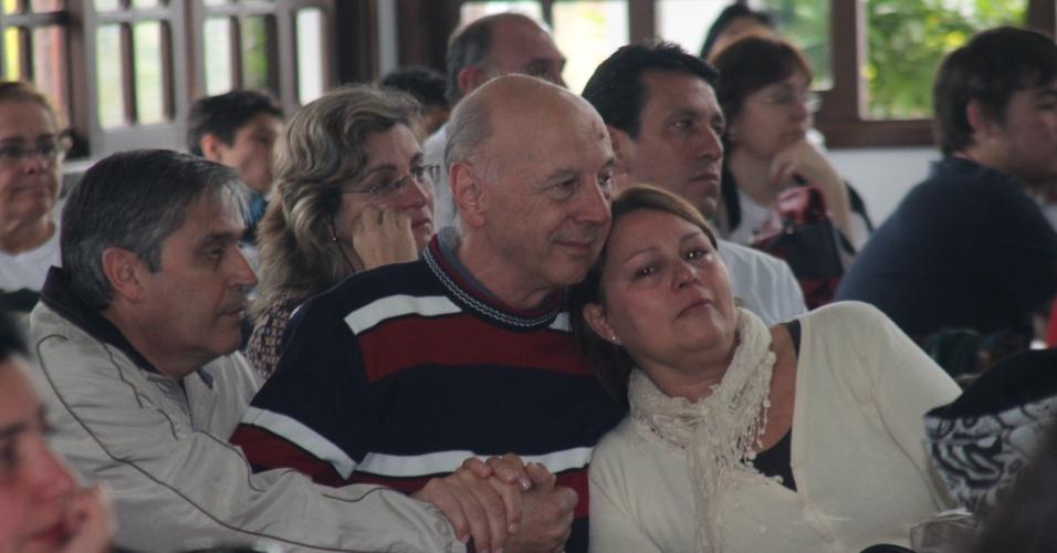 12.mai.2013 - Familiares das 241 vítimas do incêndio da Boate Kiss se emociona durante evento em comemoração ao Dia das Mães, realizado pela AVTSM (Associação dos Familiares das Vítimas da Tragédia em Santa Maria), no clube Dores, em Santa Maria (RS)