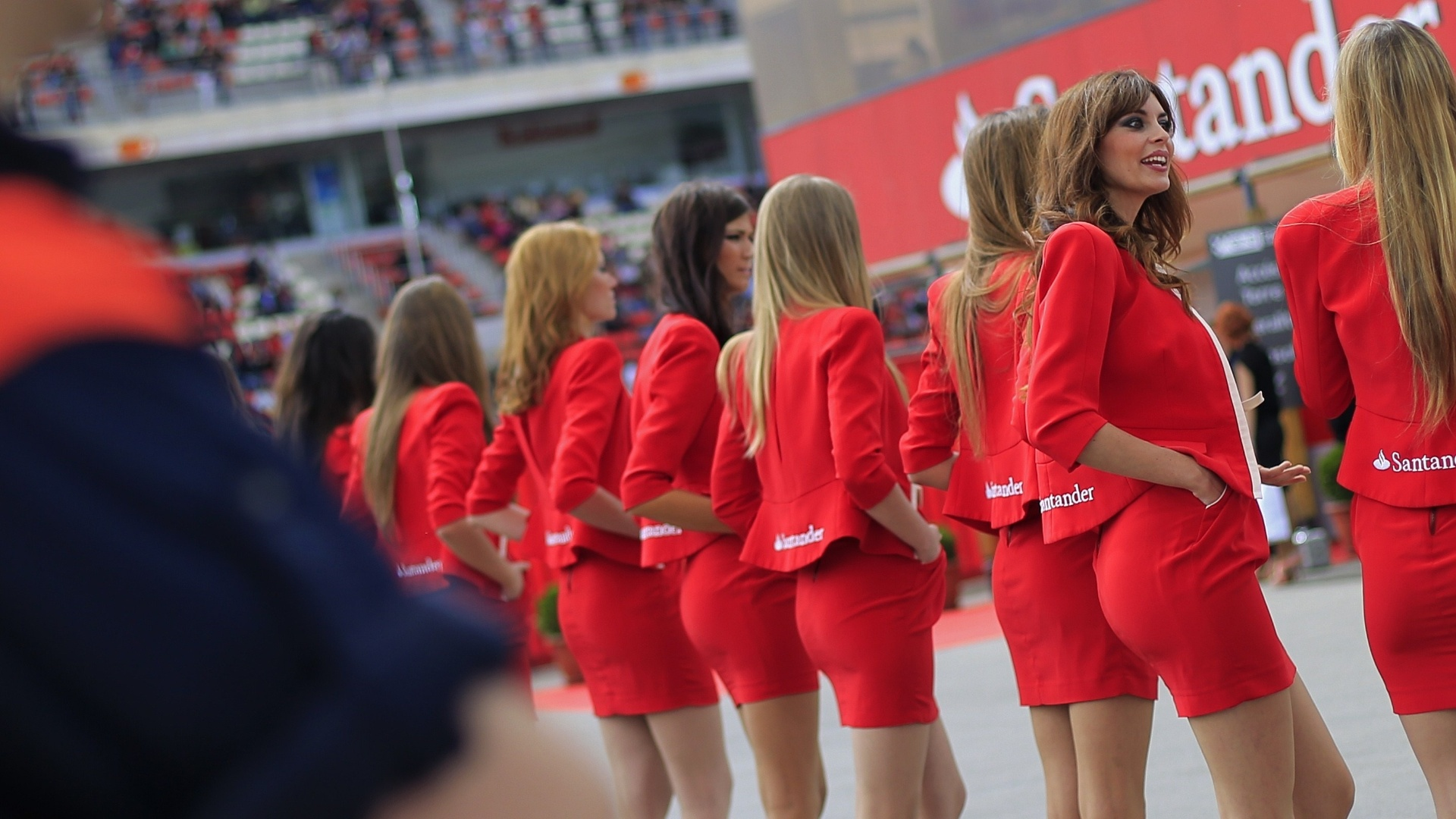 12.mai.2013 - Grid girls marcam presena no circuito de Montmel antes da largada do GP da Espanha