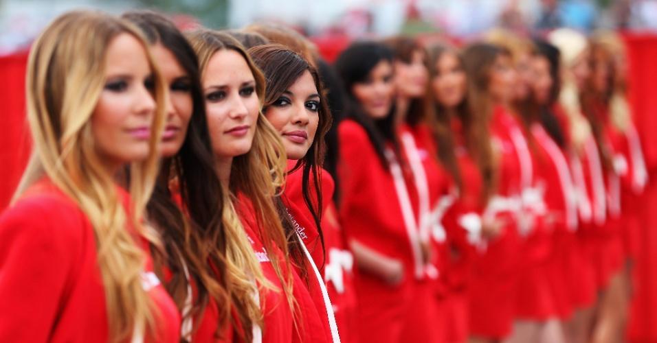 12.mai.2013 - Grid girls marcam presença no circuito de Montmelò antes da largada do GP da Espanha