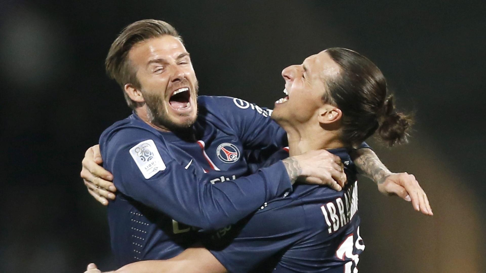 12.mai.2013 - Ibrahomovic é abraçado por David Beckham após a vitória por 1 a 0 sobre o Lyon que deu o título ao PSG