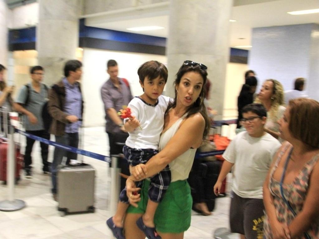 12.mai.2013 - Ivete Sangalo embarca no aeroporto Santos Dumont, no Rio de Janiero, com o filho Marcelo