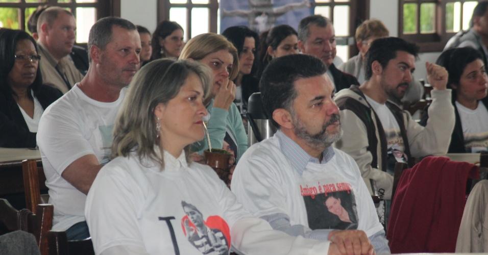 12.mai.2013 - Mãe e pai de uma das 241 vítimas do incêndio da Boate Kiss se emociona durante evento em comemoração ao Dia das Mães, realizado no clube Dores, em Santa Maria (RS)