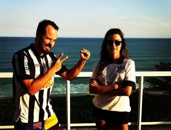 12.mai.2013 - Paulo Vilhena e Thaila Ayala assistem o jogo entre Corinthians e Santos, cada um com a camisa do seu time