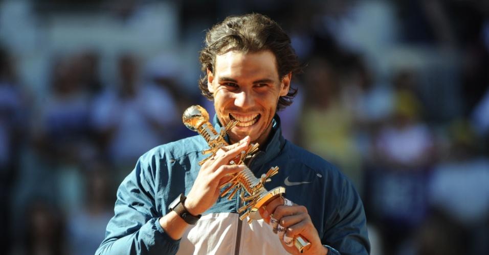 12.mai.2013 - Rafael Nadal morde o troféu do Masters 1000 de Madri conquistado após vitória sobre Stanislas Wawrinka