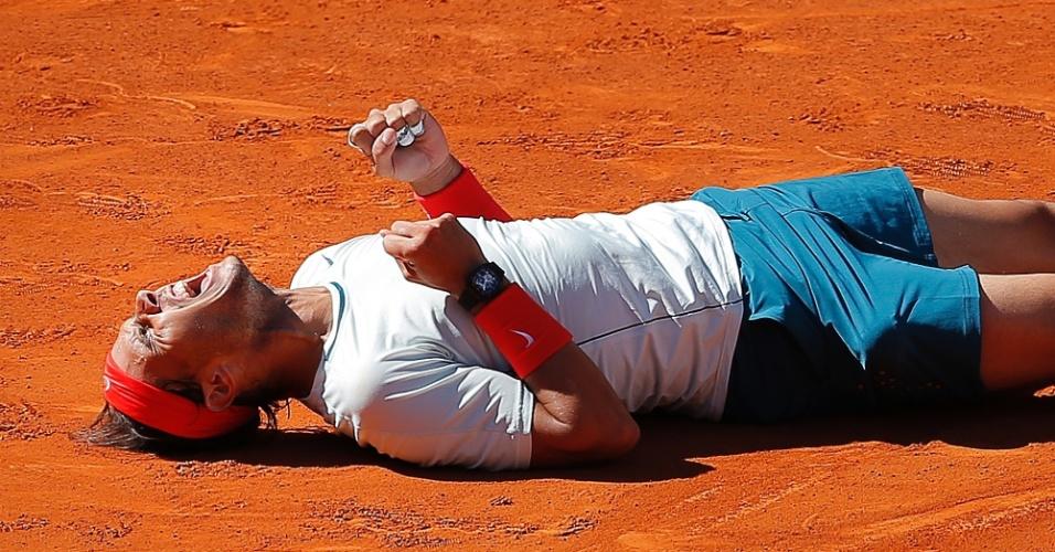 12.mai.2013 - Rafael Nadal se joga no chão para comemorar a vitória sobre Stanislas Wawrinka na final em Madri