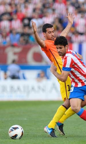 Atacante brasileiro Diego Costa (frente) disputa no corpo com espanhol Busquets