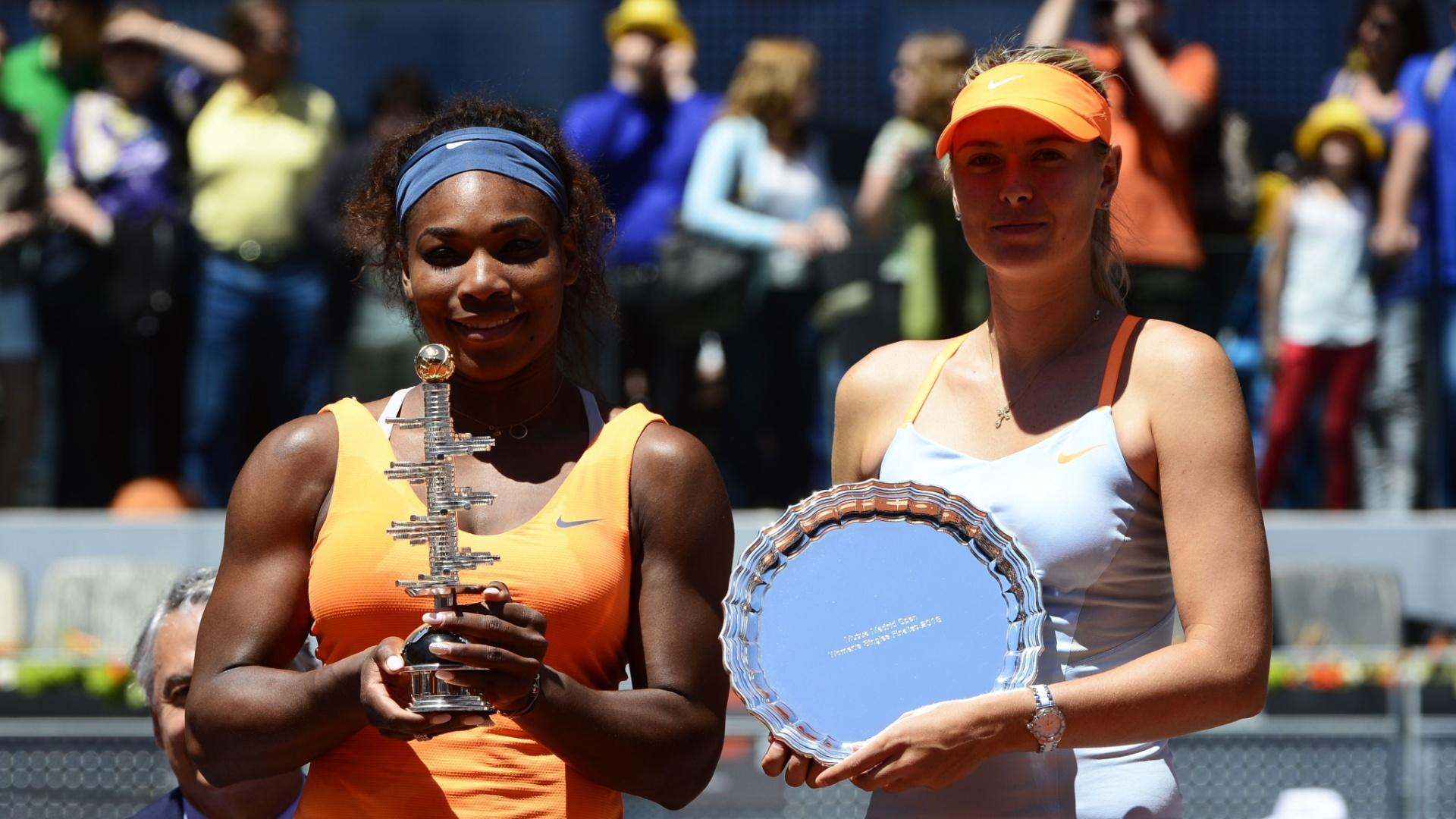 12.mai.2013 - Finalistas do Masters 1000 de Madri, Serena e Sharapova exibem os troféus de campeã e vice, respectivamente