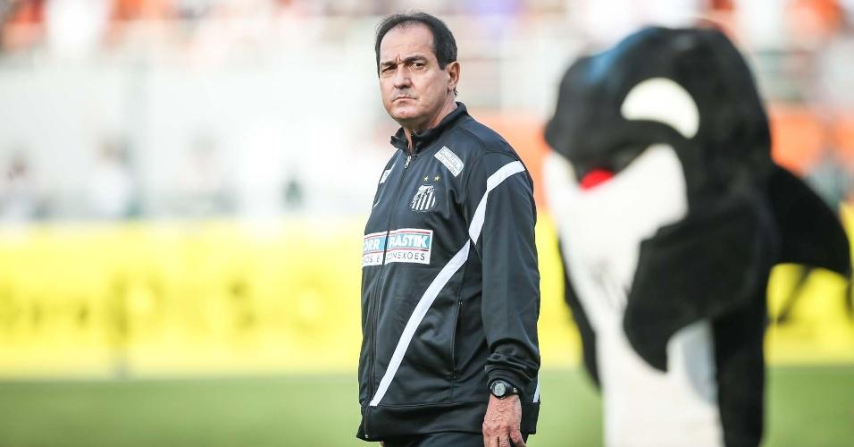 Muricy Ramalho observa o gramado antes do jogo do Corinthians pela final do Campeonato Paulista